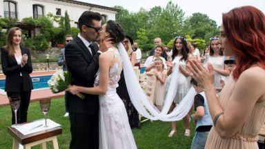 Луиза сподели непоказвани снимки от сватбата си преди 1 година
