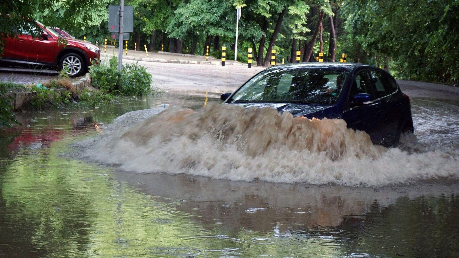 Потопът във Варна: Стояли ли са деца в наводнени класни стаи?