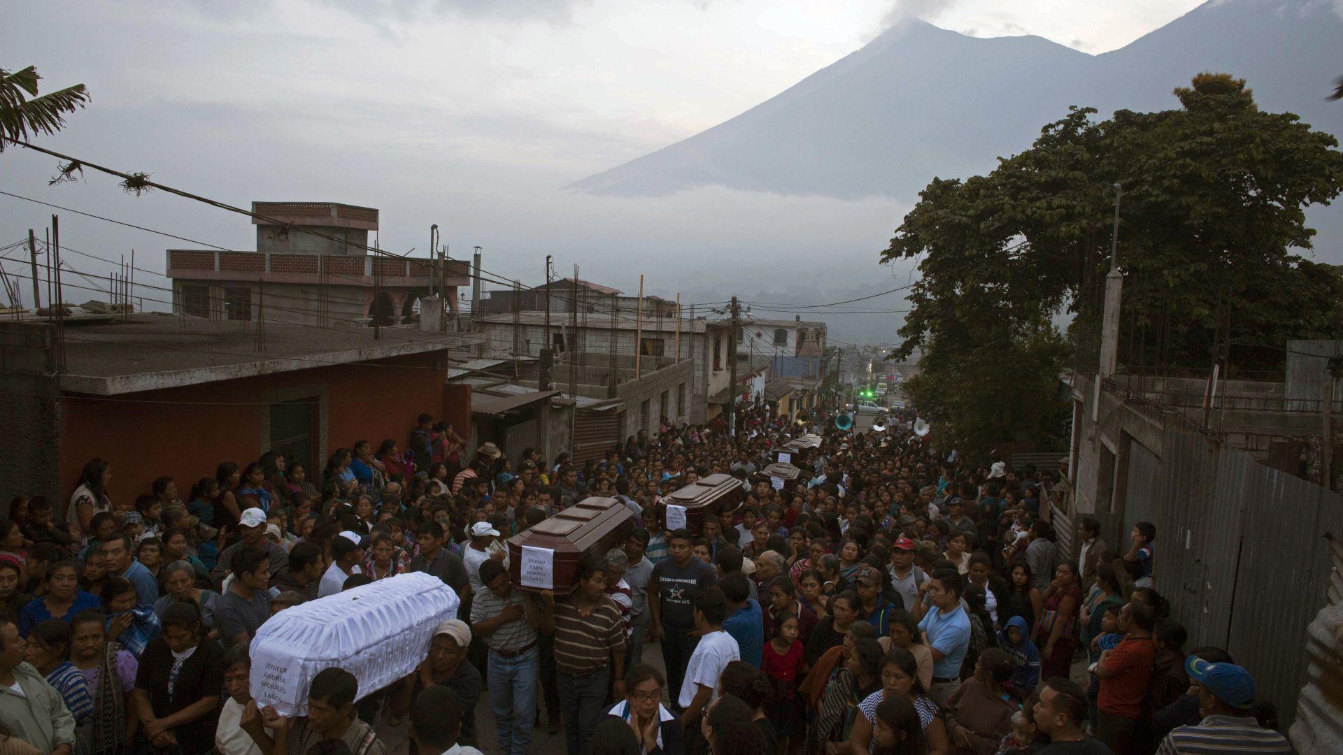 69 са вече жертвите на вулкана Фуего в Гватемала (видео)