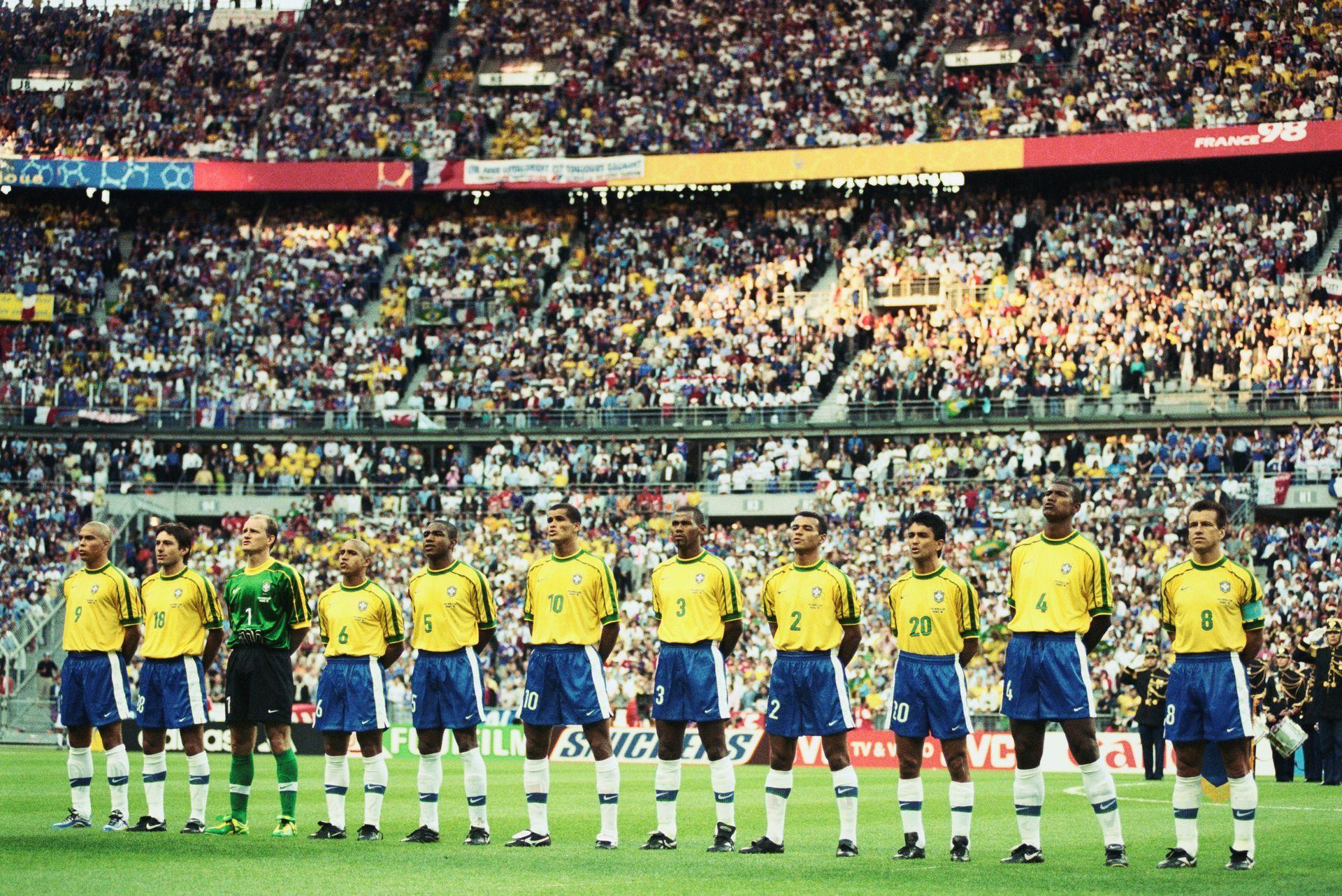 """Бразилия облича култовия си златист екип след """"Мараканасо""""."""