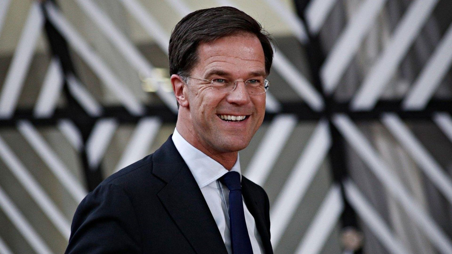 Холандският премиер Рюте разля кафе и сам почисти пода (Видео)