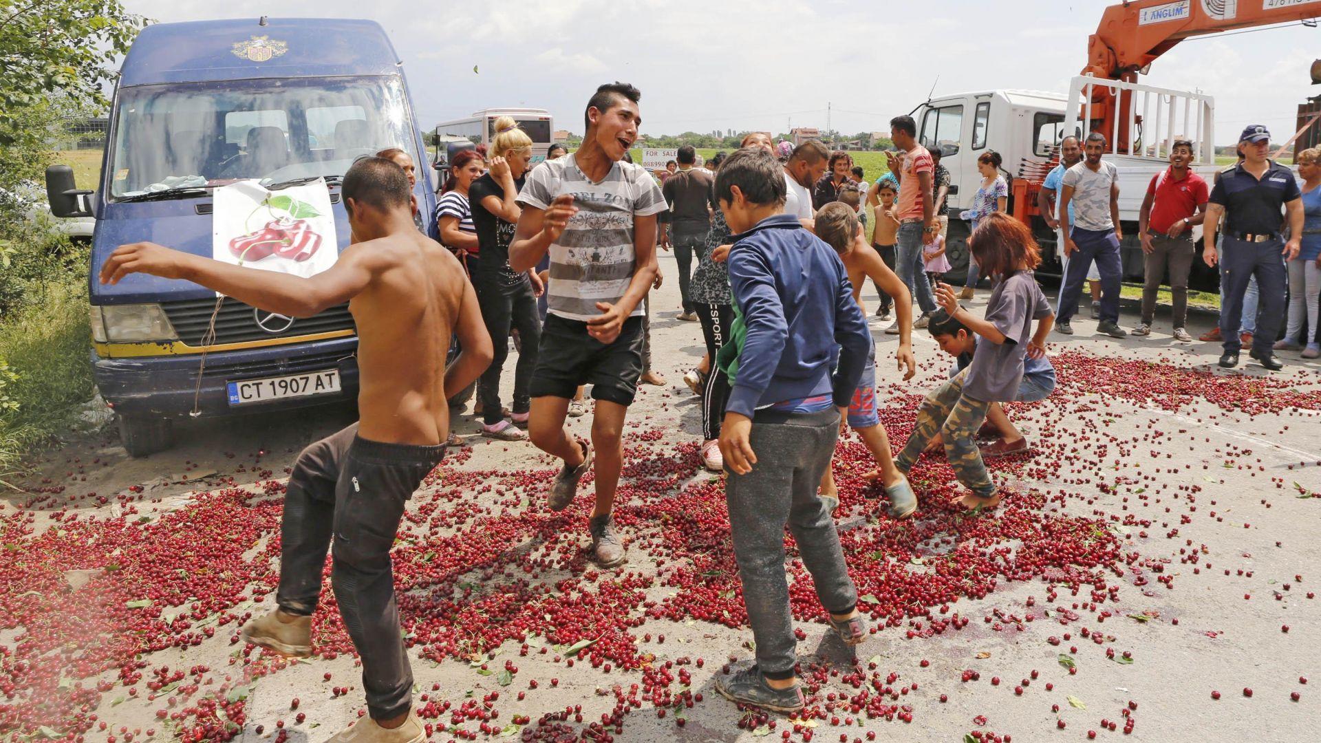 """Протестиращи засипаха с череши пътен възел """"Стара Загора"""" (снимки)"""