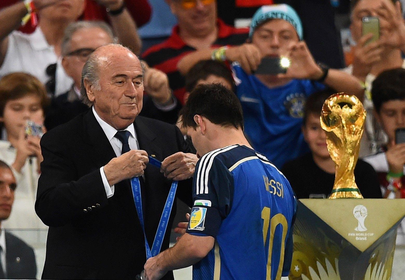 """Това е най-близкото разстояние, на което Меси достигна досега до Световната купа. Въпреки всичките му трофеи, рекорди и постижения с """"Барса"""", както и рекордните 61 гола за родината, титлата убягва."""