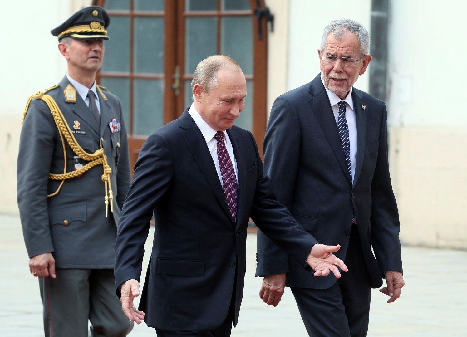 Руският президент беше приет от австрийския си колега Александър ван дер Белен