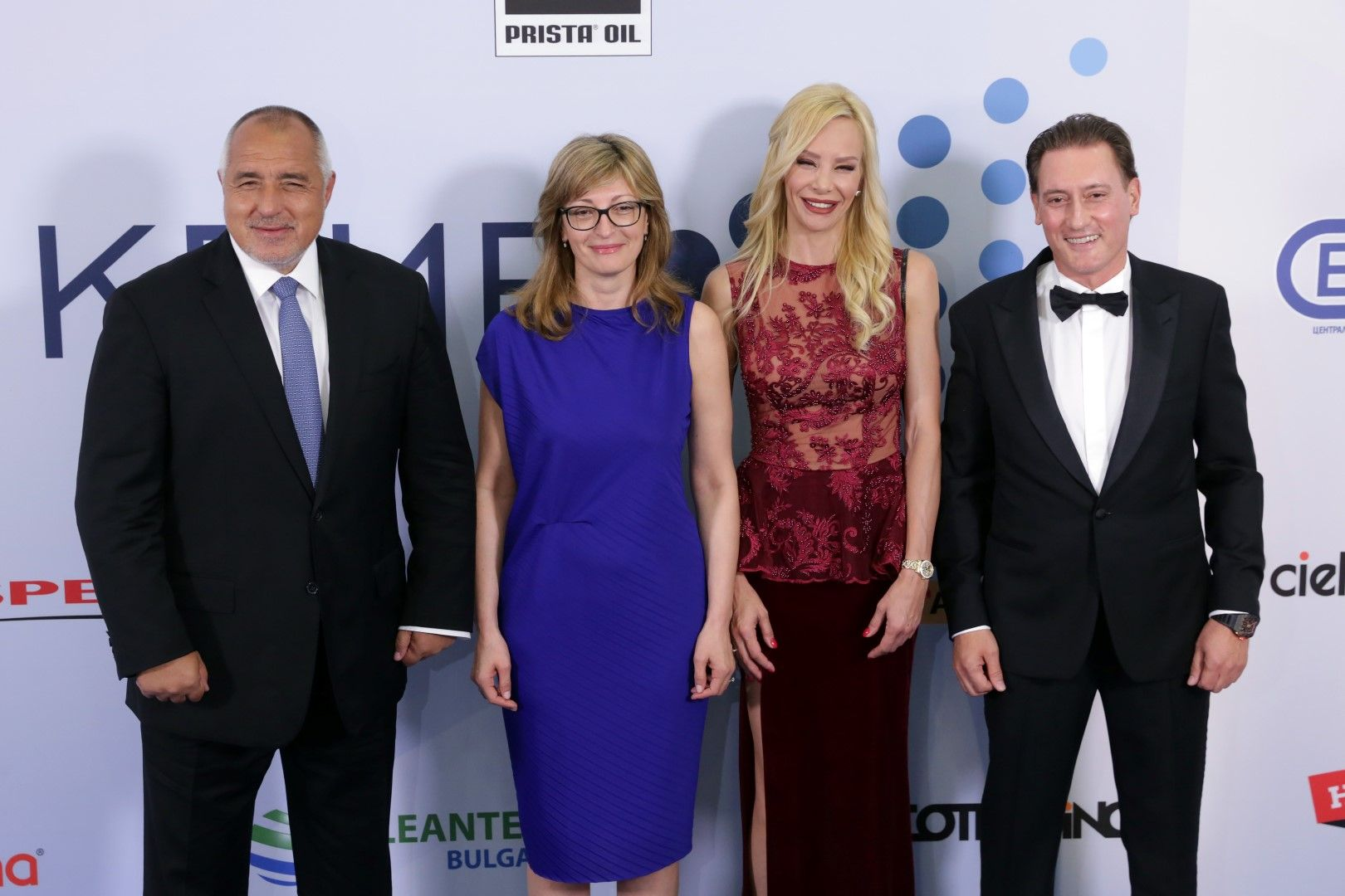 Премиерът се снима с Екатерина Захариева и семейство Домусчиеви