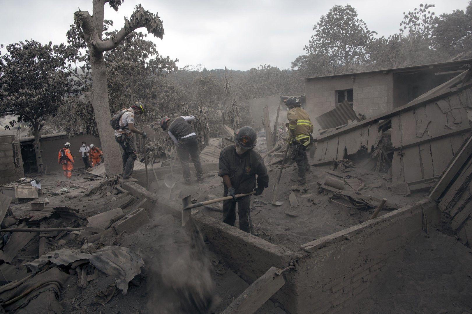 лавата е засипала десетки домове