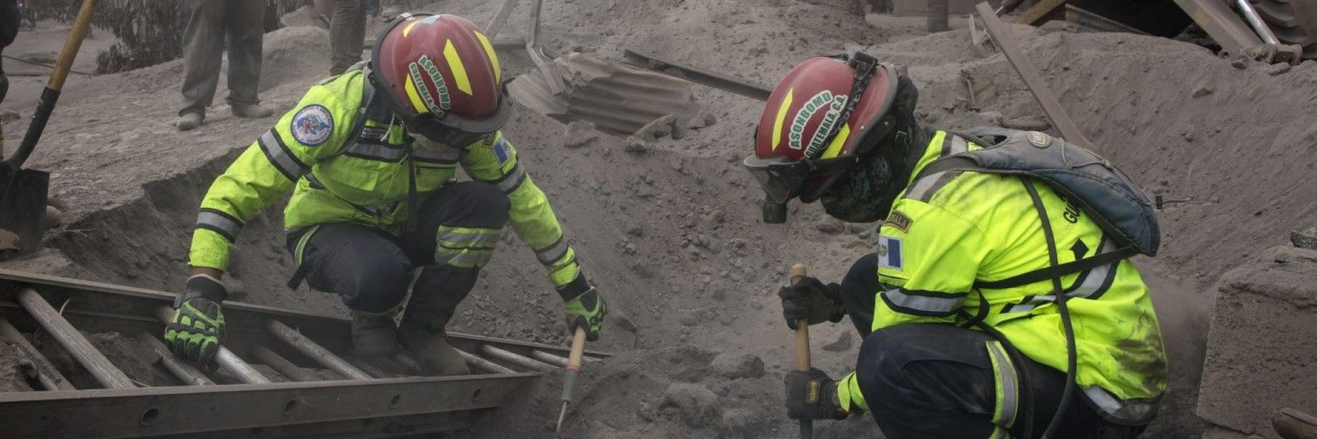 Спасиха бебе сред руините от вулкана Фуего