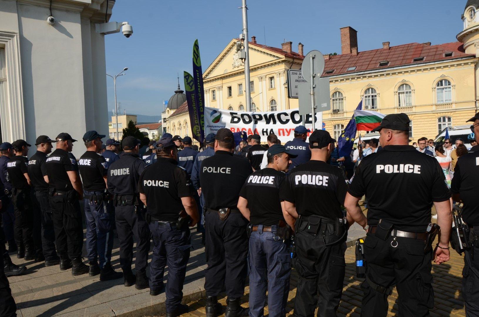 Засилено полицейско присъствие пред входа на парламента