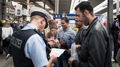Скандал в Германия: Хиляди мигранти получили бежански статут срещу подкуп