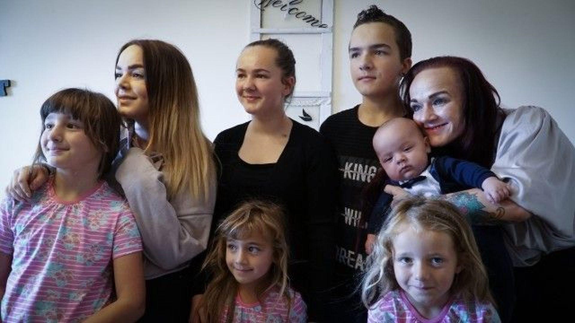 Моника Петров с децата си живее в България
