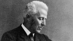 Прототип на литературния Шерлок Холмс е шотландският хирург Джоузеф Бел