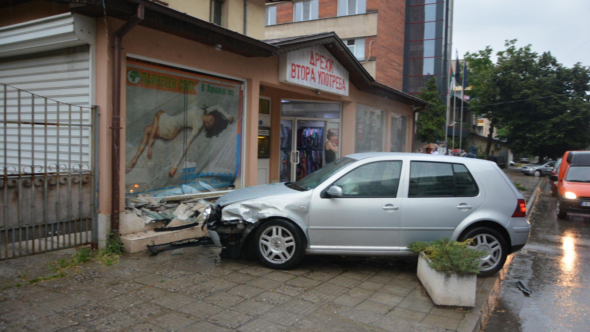 Кола се заби във витрина на магазин (снимки)