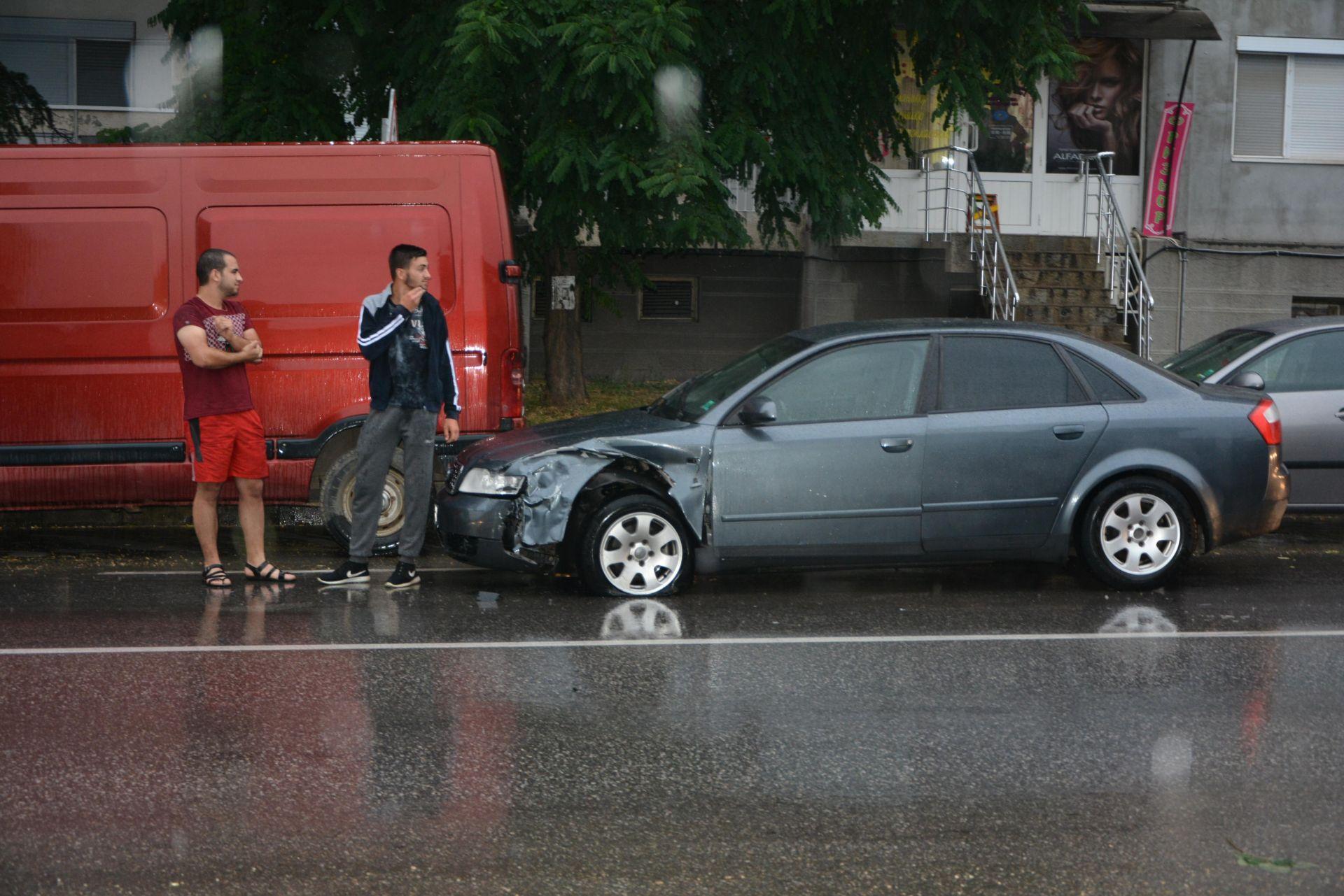 Сблъсъкът между двете коли е станал в средата на пътното платно