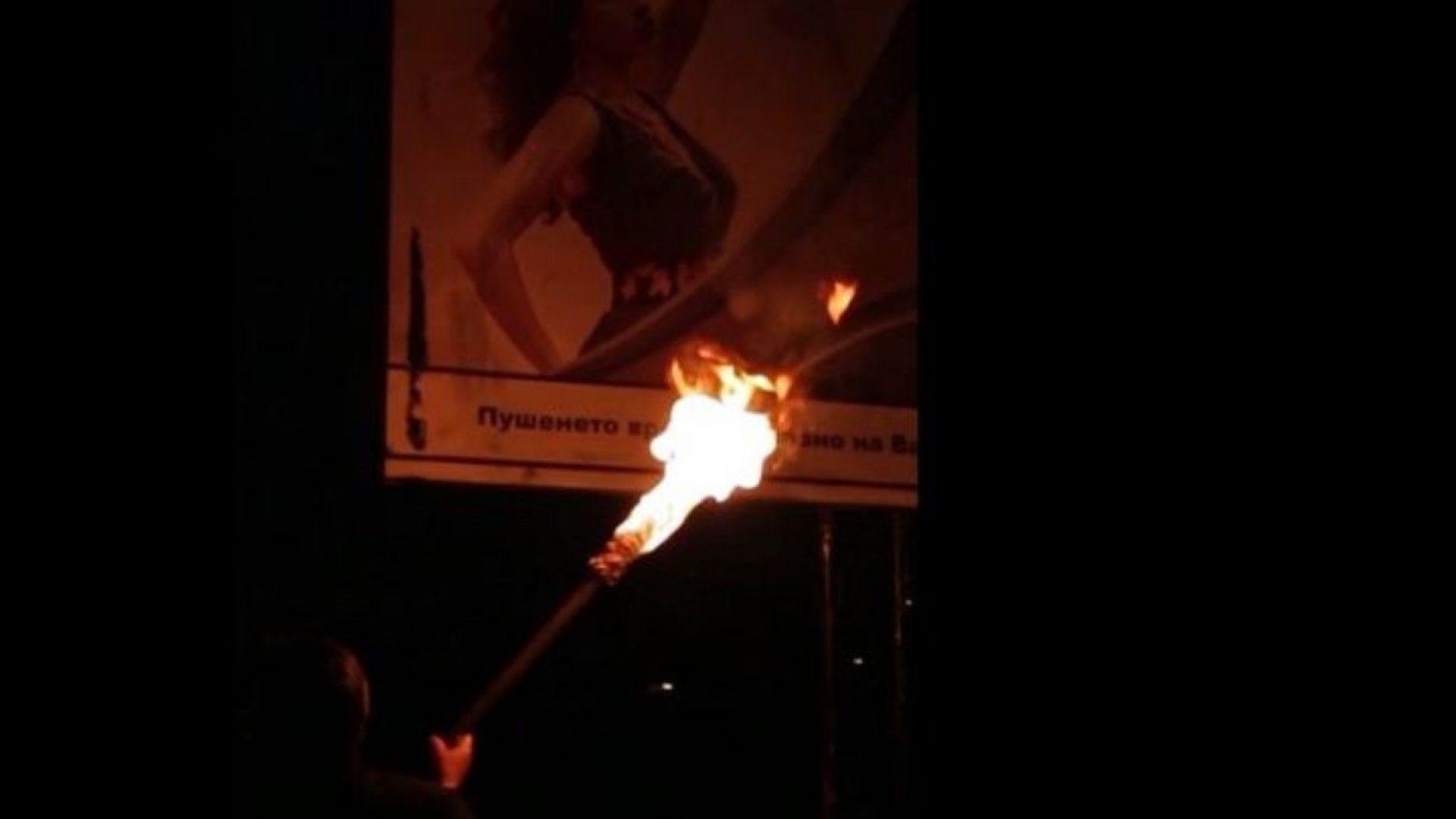 Мъж запали билборд с реклама на цигари, твърди, че е депутат (видео)