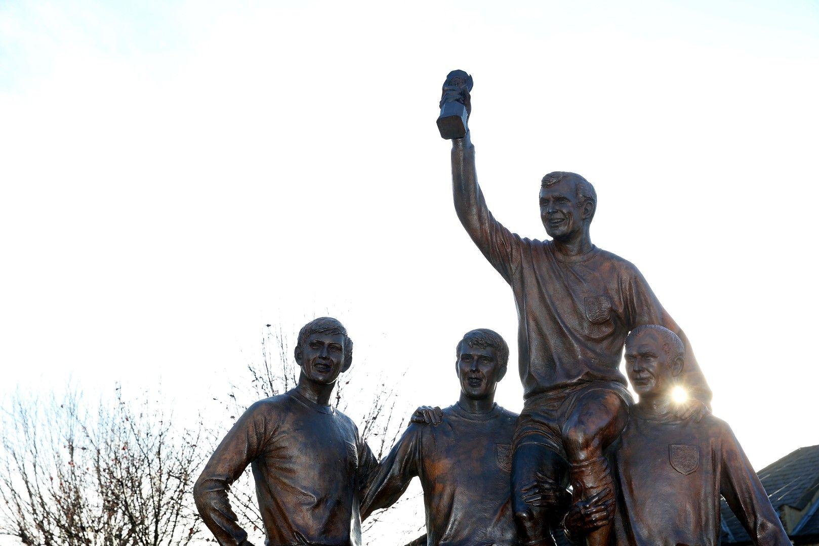 Статуя, изобразяваща най-щастливия миг за Англия