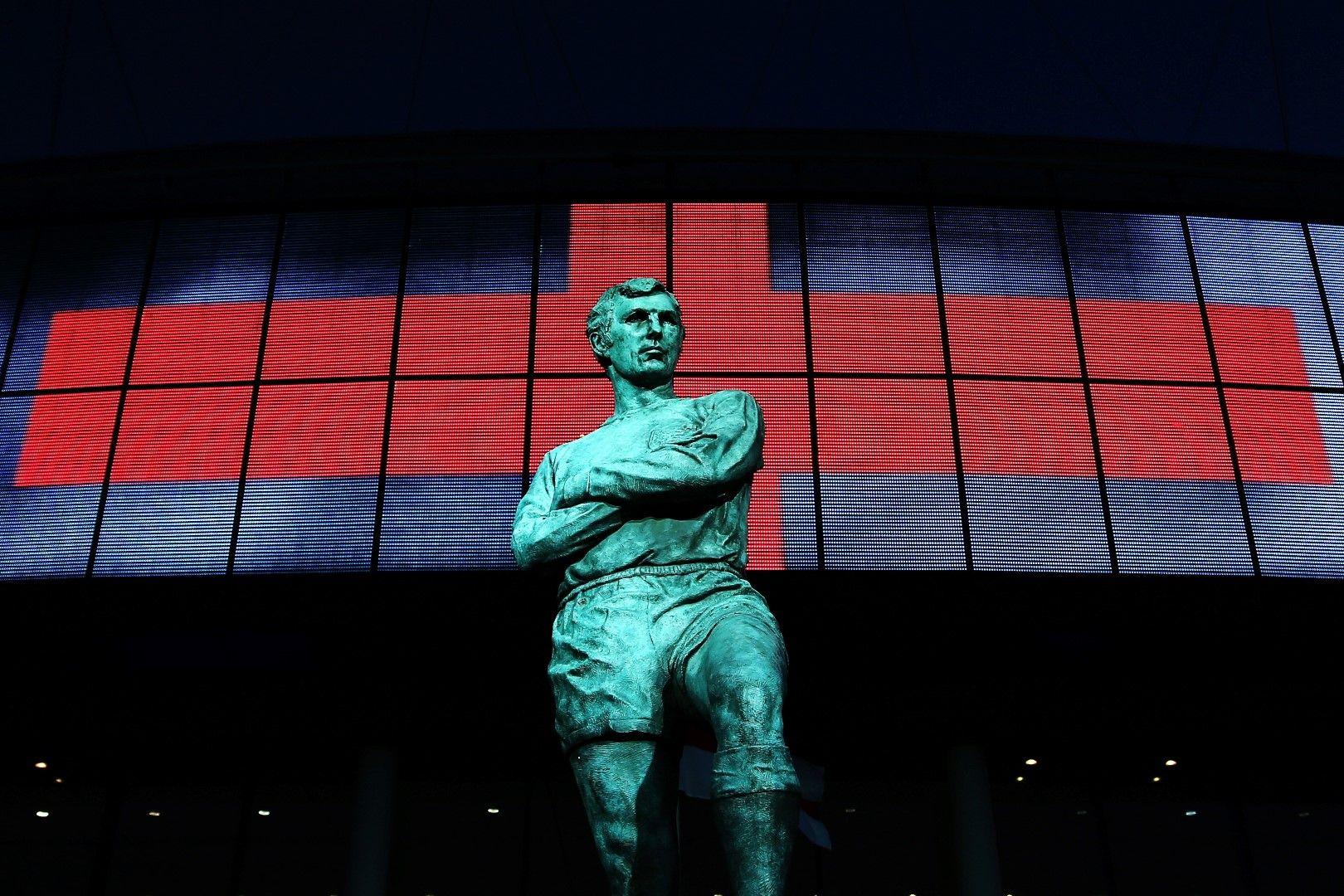 Статуята на Сър Боби Мур