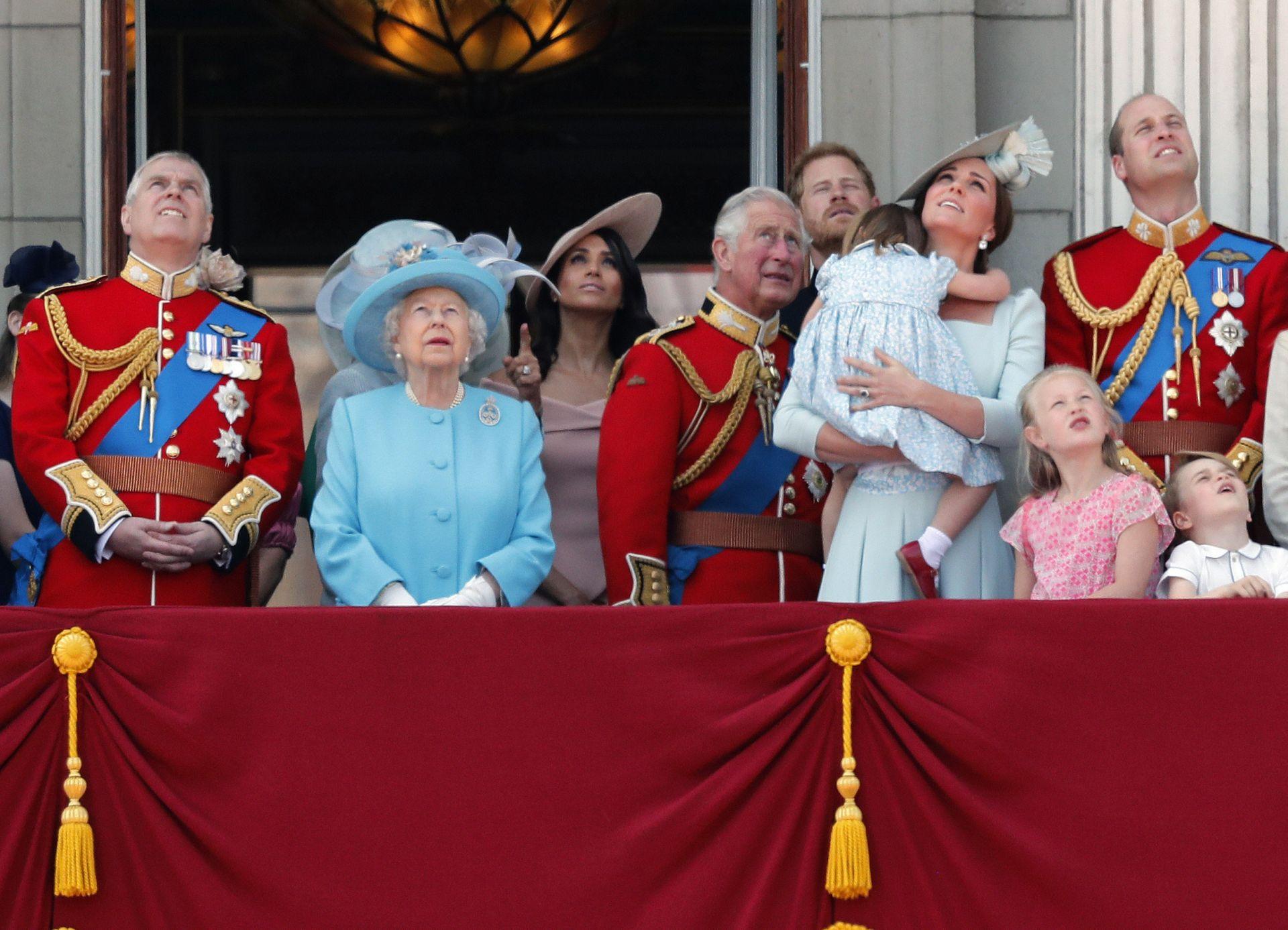 Новобрачната кралска двойка отбеляза първата си съвместна поява на знаковия балкон по време на официалното честване на 92-ия рожден ден на кралица Елизабет Втора