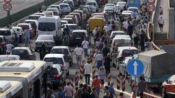"""Скъпият бензин изведе сърбите на """"автомайдан"""" по украински образец"""