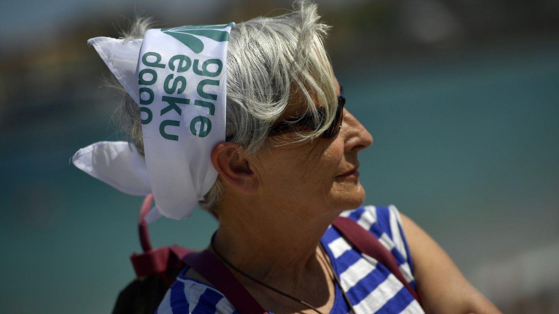 "Жена носи шапка, на която на баски пише:  ""Наше право е да решим"". Това е и мотото на протеста"