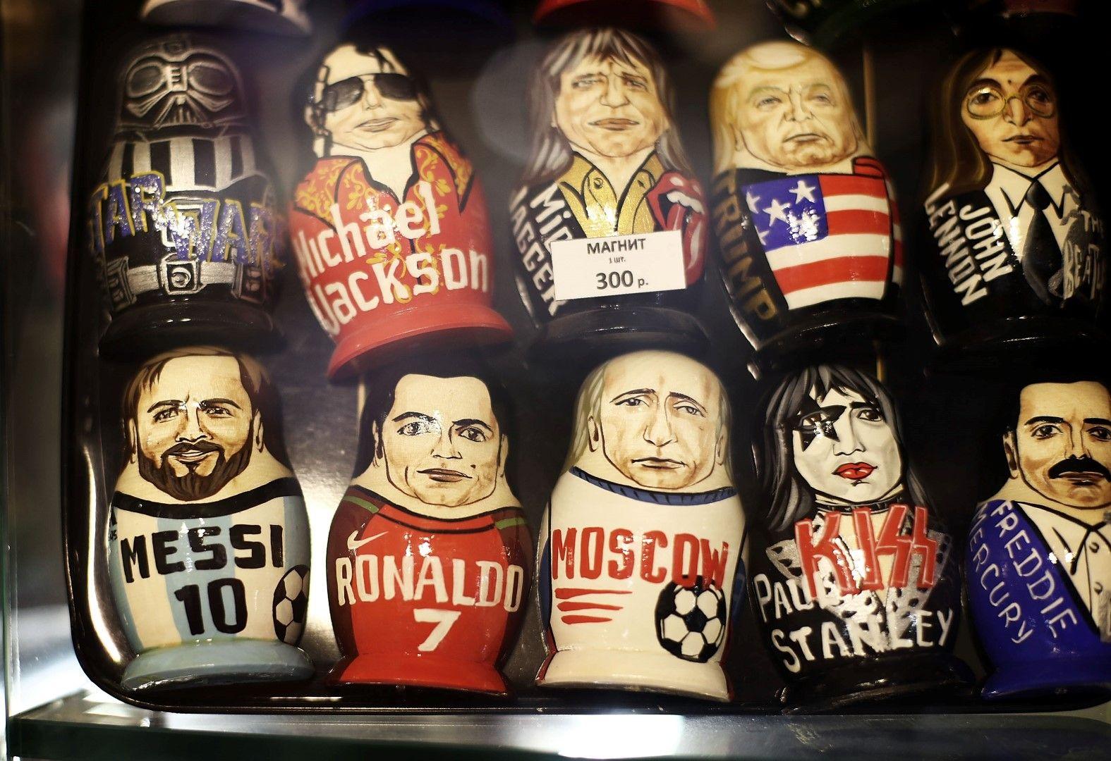"""Матрьошки и магнити на витрина на магазин за сувенири в Москва, като """"отборът"""" е изключителен: От Фреди Меркюри и Пол Стенли от """"Кис"""", през Путин и Тръмп, до Меси и Роналдо!"""