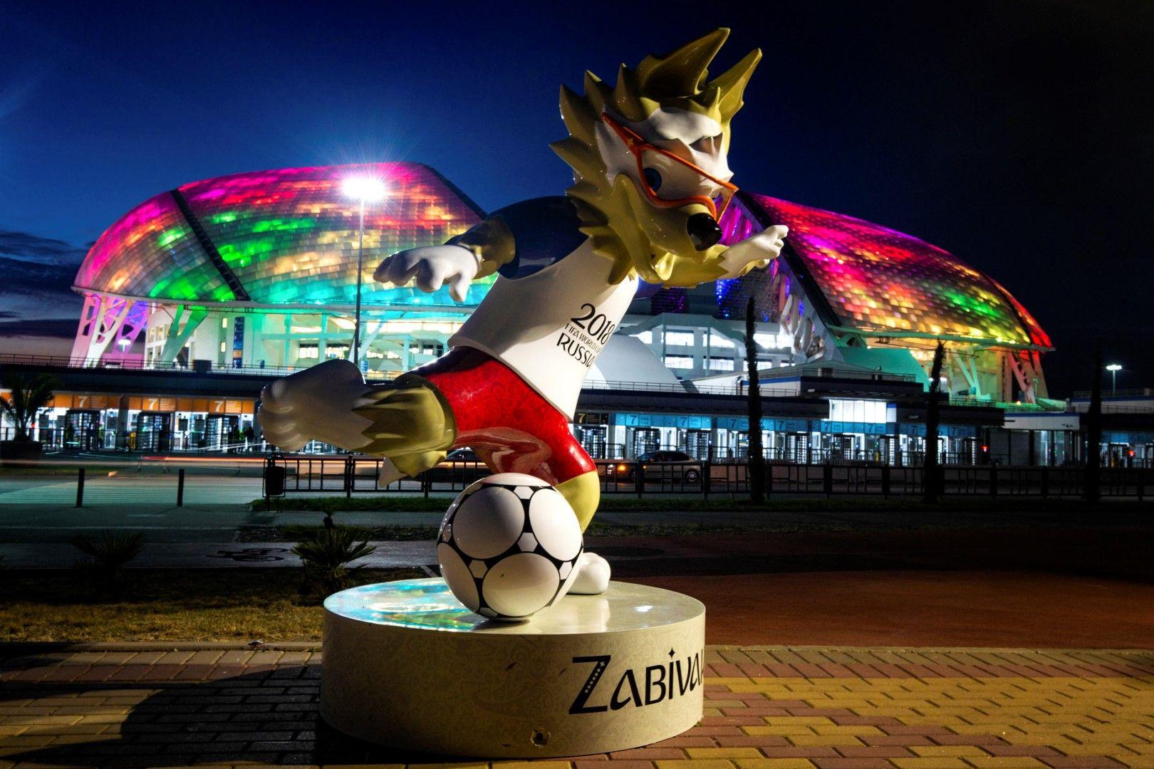 """Талисманът на Мондиала - вълчето """"Забивака"""", е идеална добавка към футуристично светещият стадион в Сочи."""