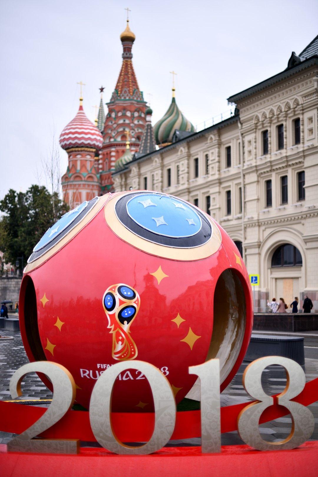 Центърът на Москва вече тупти в ритъма на Мондиала.