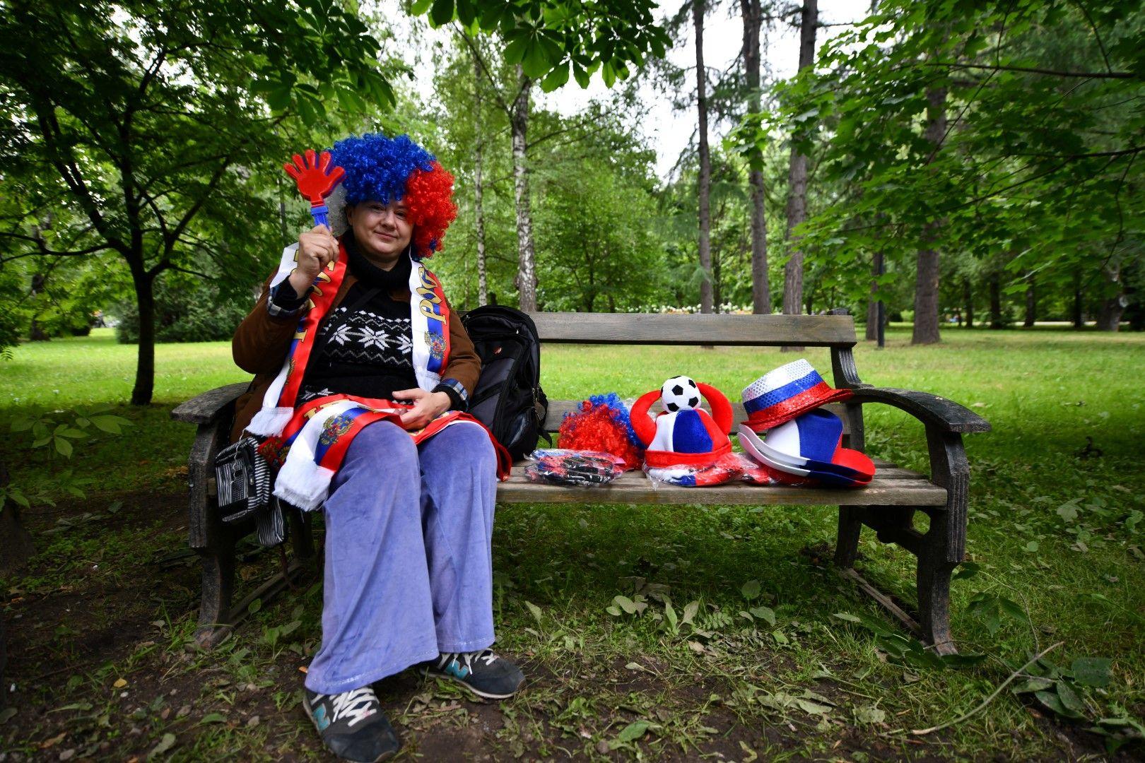 Освен официалните сувенири, разбира се, ще процъфтява и бизнесът с неофициалните шалчета, знаменца и други дреболии. Из московските паркове той вече върви.