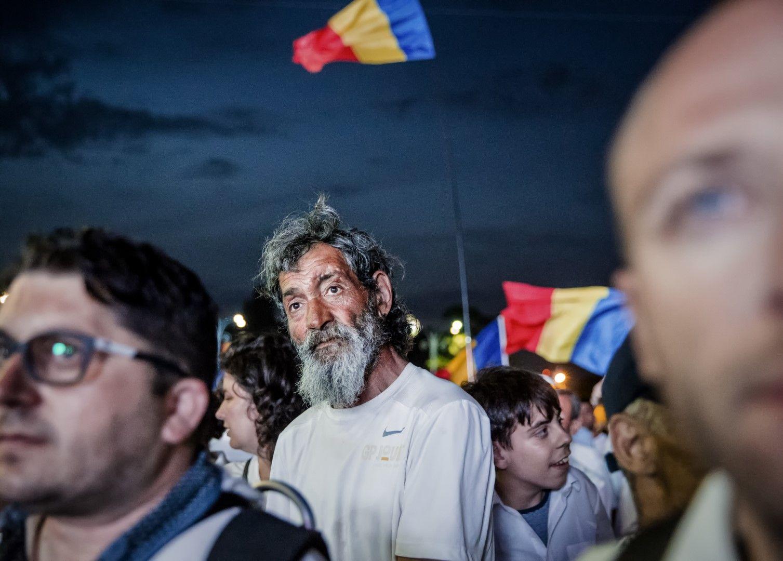 Няколко участници в демонстрацията заявиха, че телефоните им се подслушват