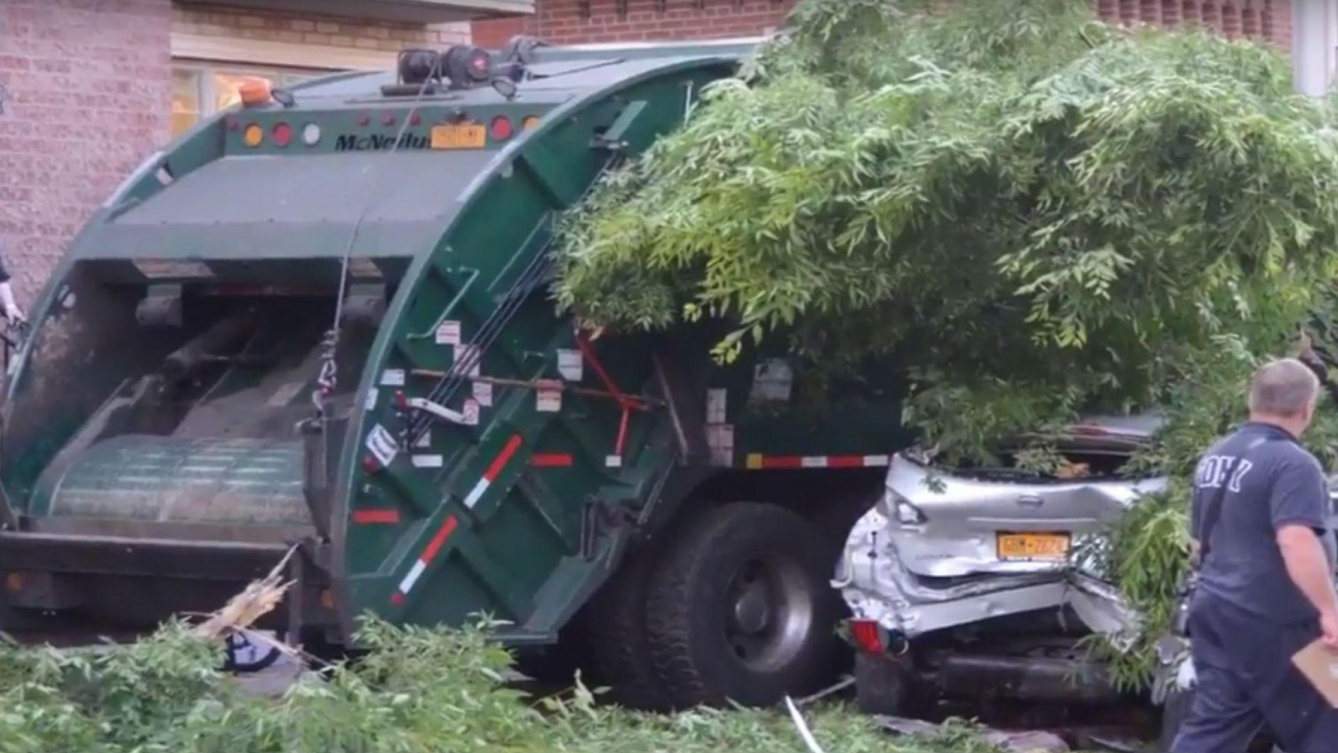 Камион с боклук смачка девет коли в Бруклин (видео)