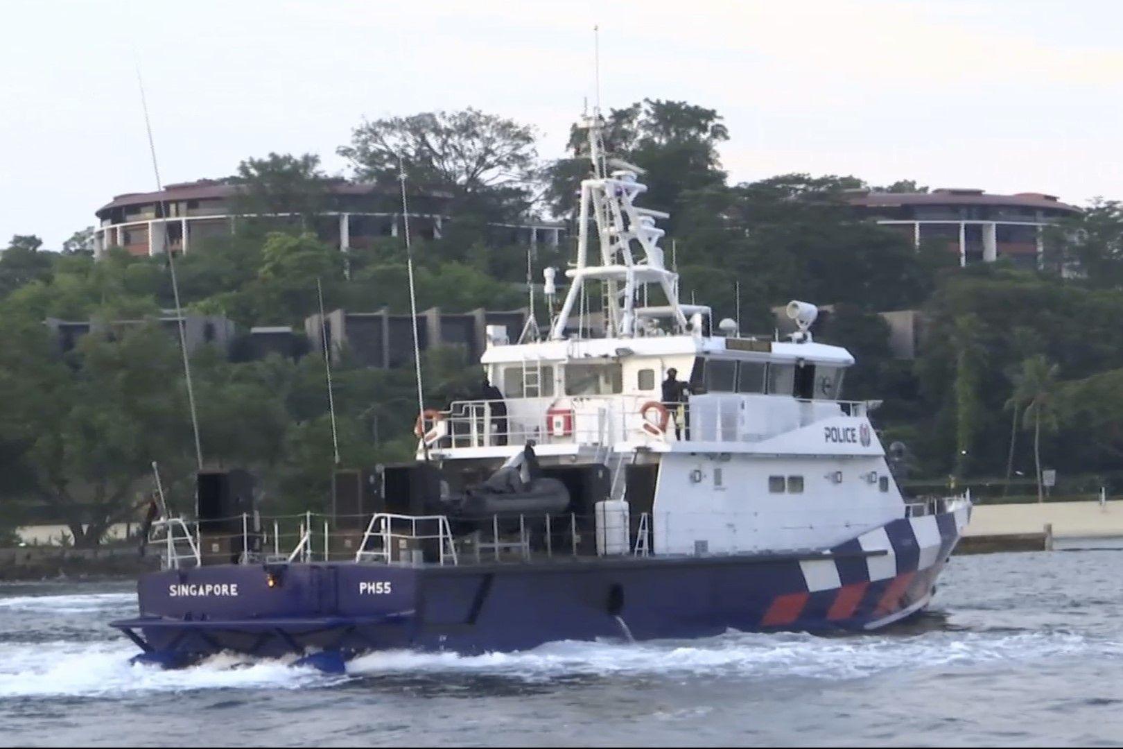 Около хотела патрулират кораби на сингапурските военноморски сили
