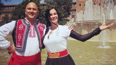 Цеци Красимирова игра хоро с народна носия в центъра на Милано