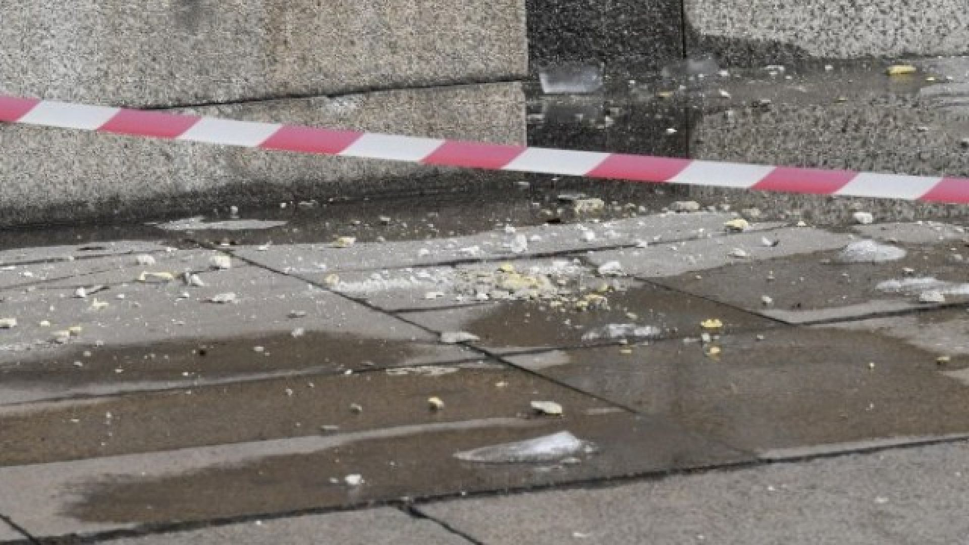 Мазилка от рушаща се сграда падна върху дете