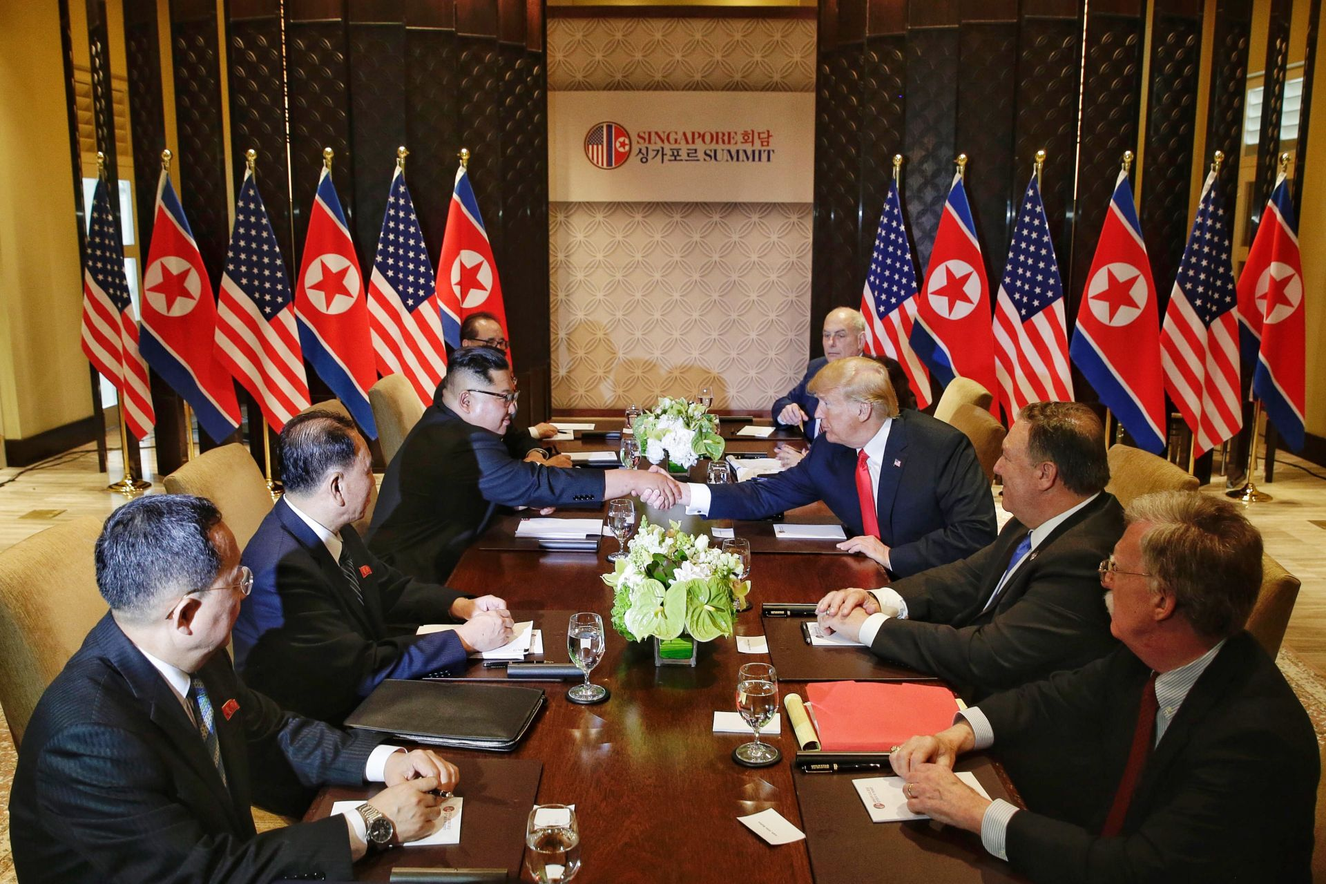 Малко по-късно Доналд Тръмп и Ким Чен-ун продължиха разговорите си в разширен формат