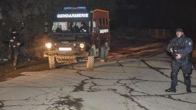 """Полиция и жандармерия нахлуха в """"Столипиново"""", десетки роми срещу тях (видео)"""