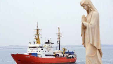 """Мигрантите от кораба """"Акуариус"""" поемат към Испания"""
