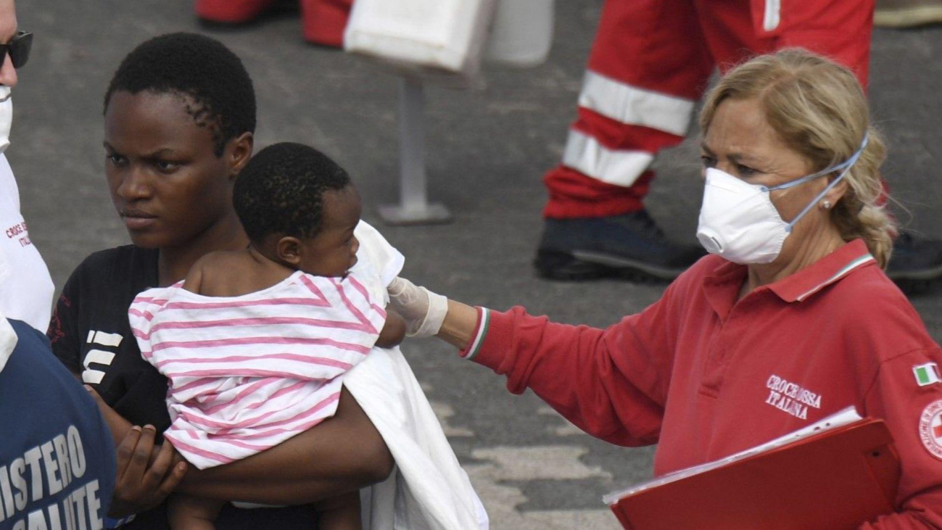 Италия приема над 900 мигранти, спасени от бреговата охрана