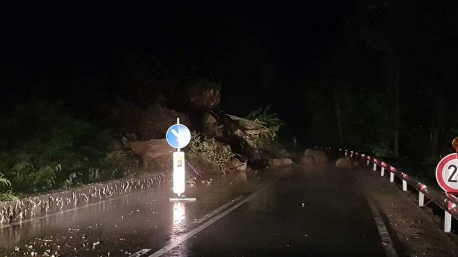 Свлачище затвори пътя за Рилския манастир, потоп във Видин