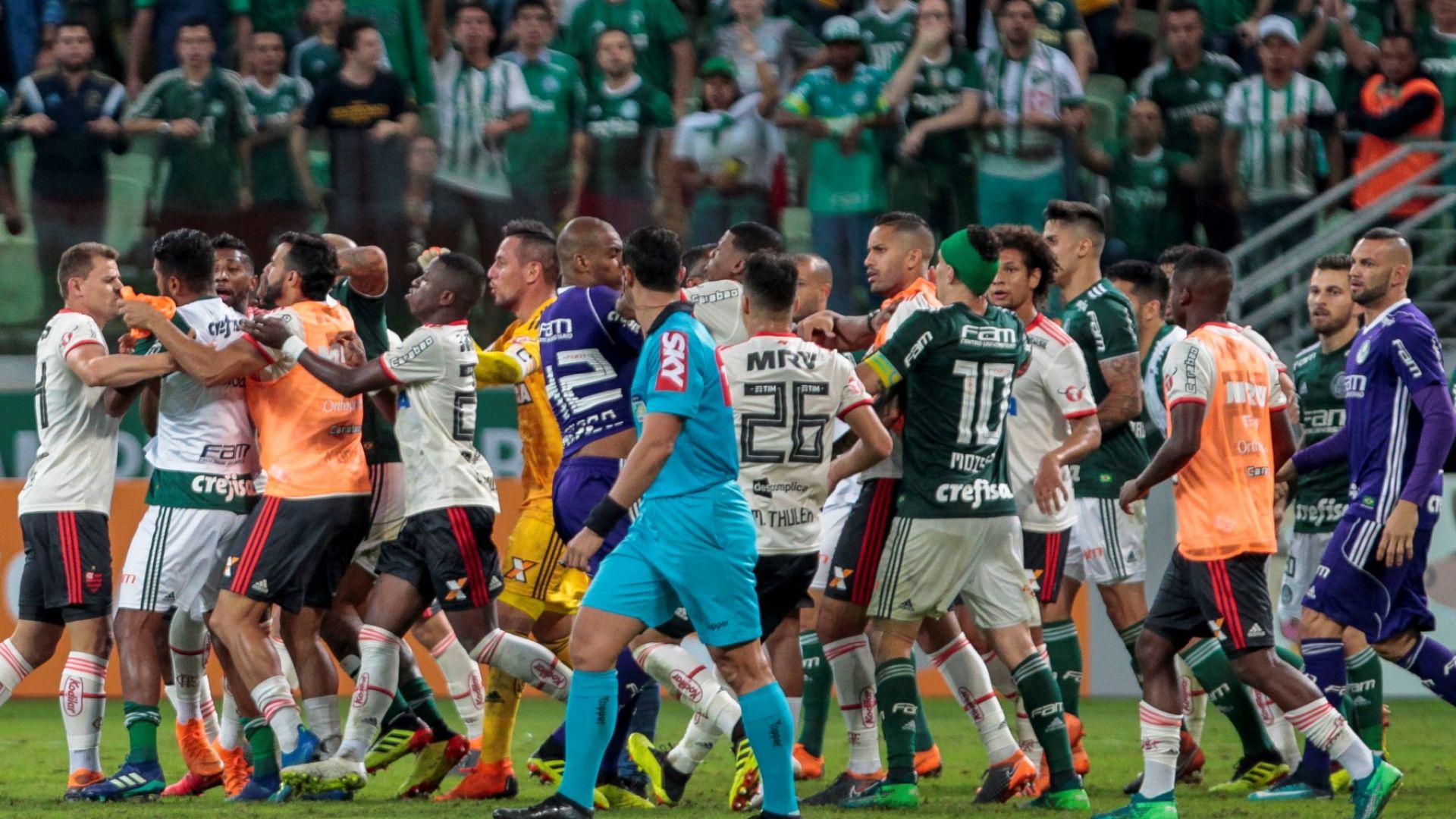 Бразилски мач завърши с екшън и 6 червени картона