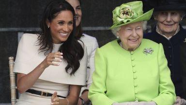 Елизабет II и Меган широко усмихнати на първия си официален ангажимент заедно