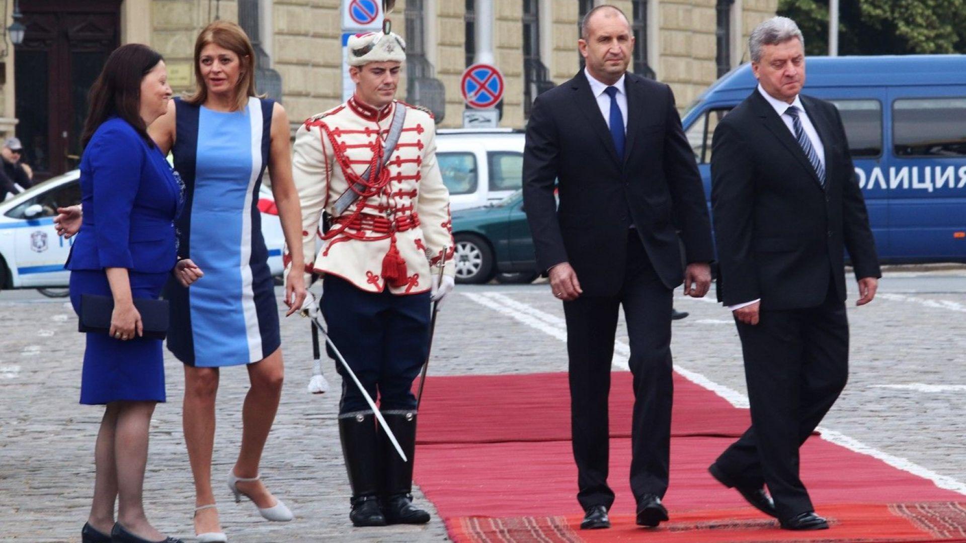 Радева посрещна първата дама на Македония в лежерно-официална рокля