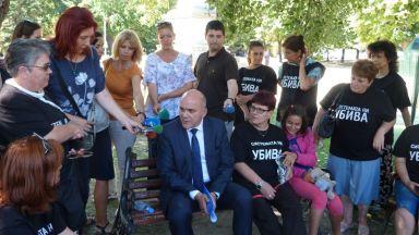 Бисер Петков отиде в палатков лагер на майки на деца с увреждания