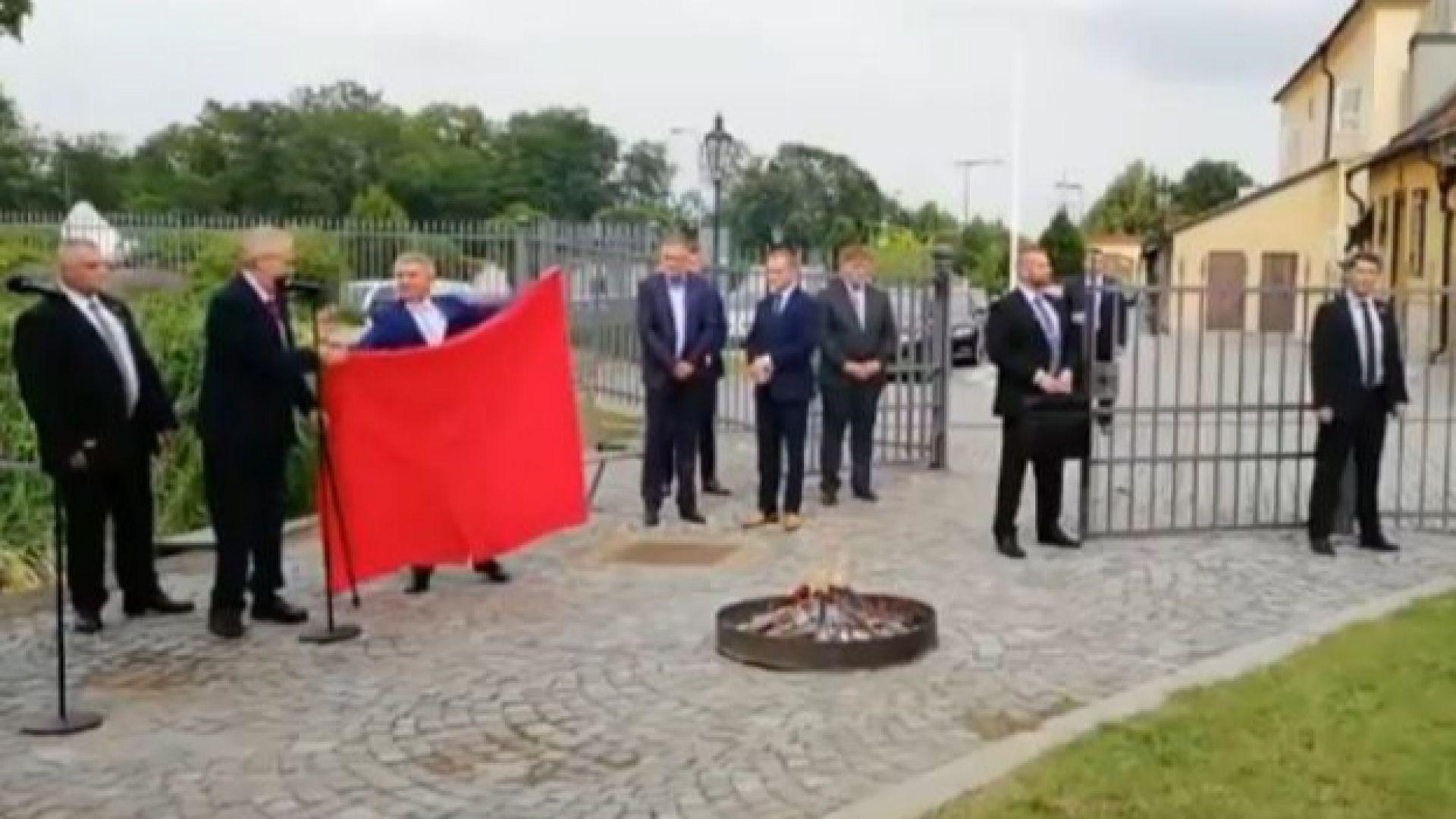 Земан запали пред журналисти гигантски червени гащи (видео)