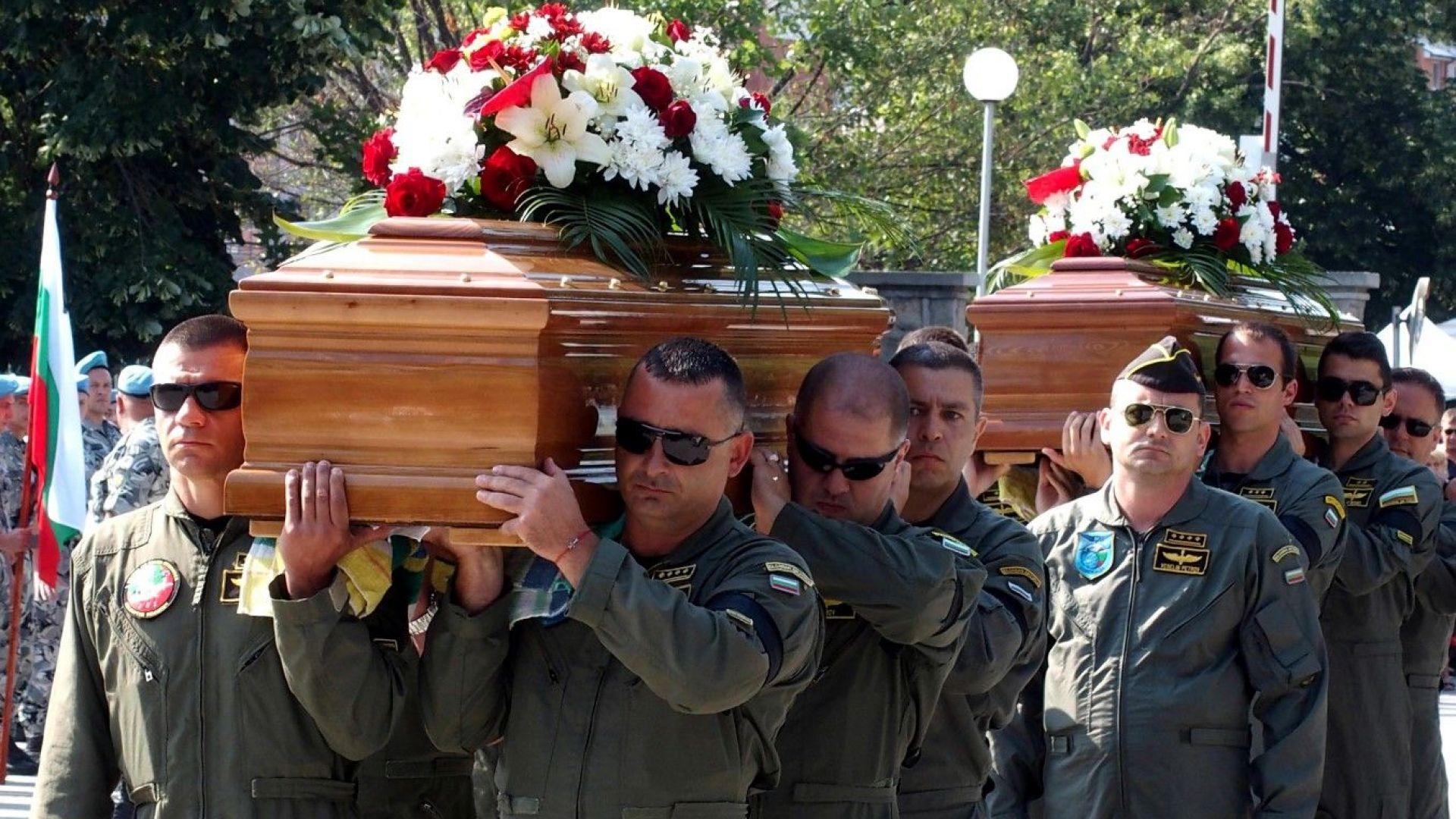 Колегите носиха на ръце ковчезите на загиналите си колеги