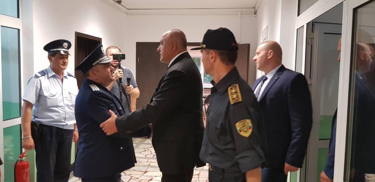 След като откри новия път, премиерът отиде в РПУ-Поморие, където го посрещнаха радушно