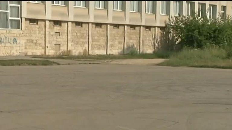 Автомобилни гонки  в училищен двор, вдигат 3-метрова ограда