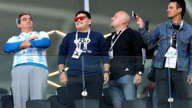 Марадона в ложите: Пура в зона за непушачи, обвинения в расизъм и напудрен нос