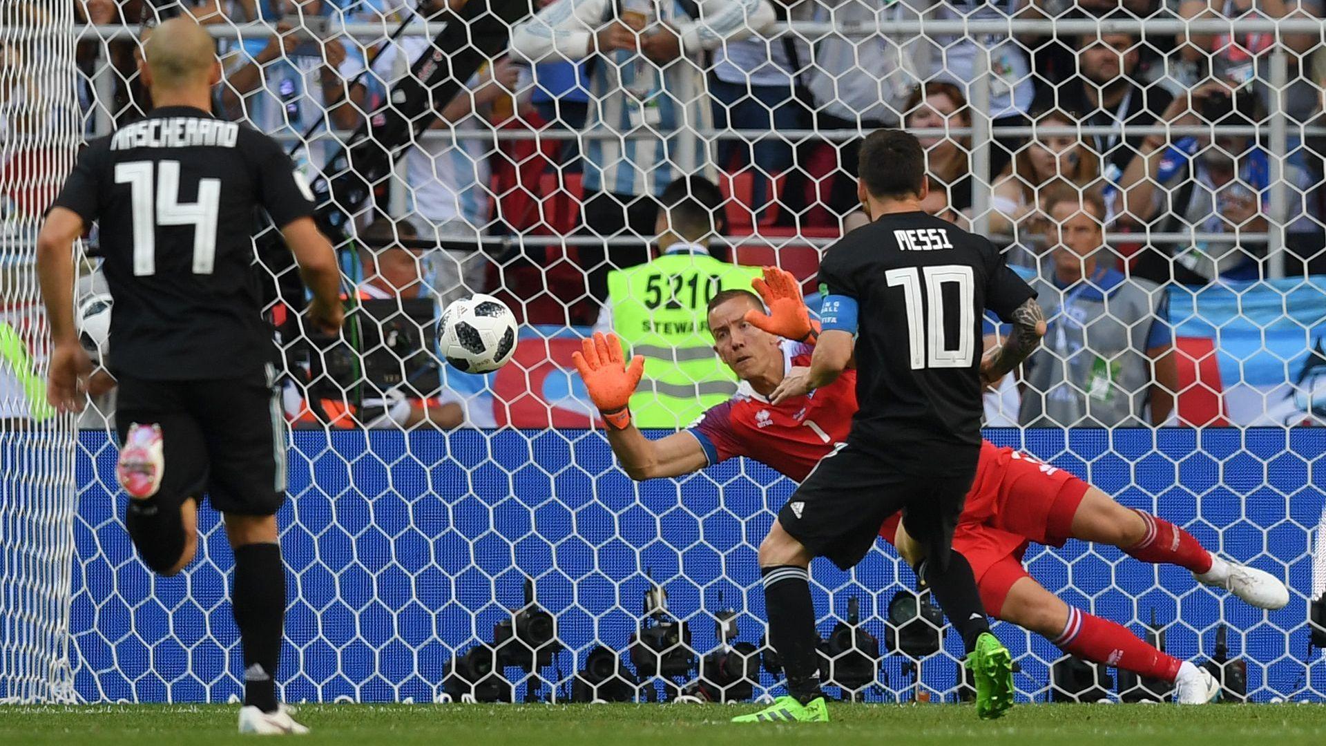 Вратарят, спрял Меси и Роналдо, е на пътя на Лугодорец в Лига Европа