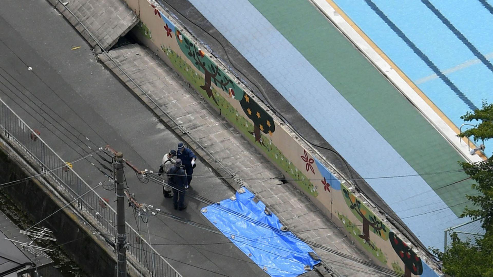 Полицията инспектира площадката, където едно момиче е било убито от паднала стена след земетресението