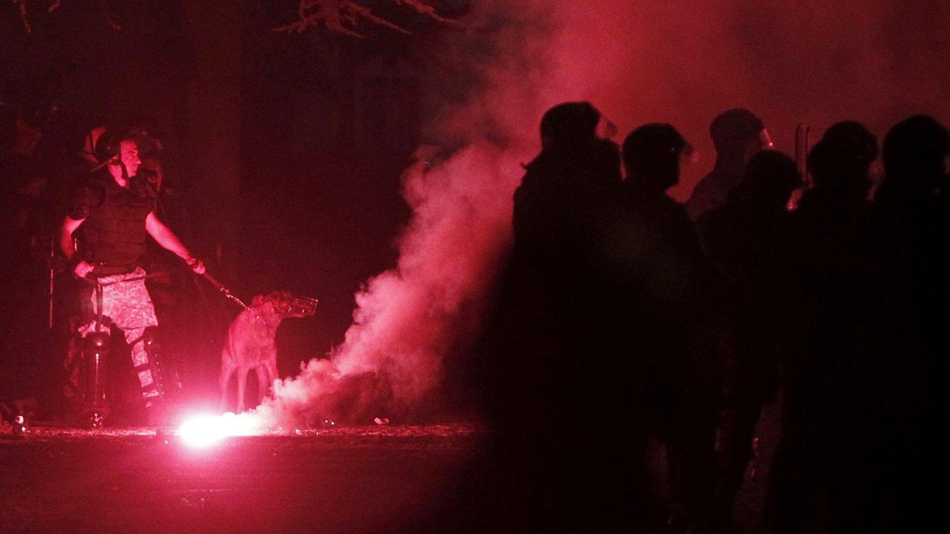 Полицията се намеси, за да разпръсне протестиращите пред парламента в Скопие