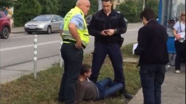 Задържаха агресивен пътник без билет в трамвай (видео)